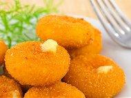 Рецепта Пухкави панирани сиренца с царевично брашно и корнфлейкс
